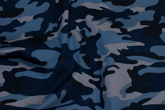 Camouflagestof med blå, grå og sorte nuancer