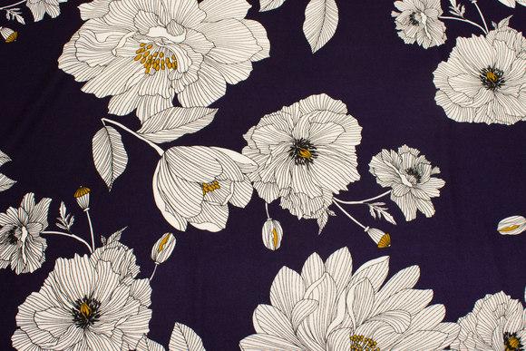 Marine, let polyester crepejersey med store hvide blomster.