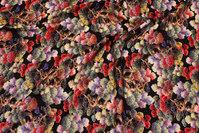 Sort viscose-mousselin med multifarvede træer