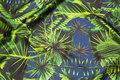 Stræk-satin i lys marine med grønne jungleblade.