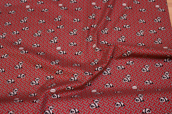 Rødmønstret bomuld med små pandaer