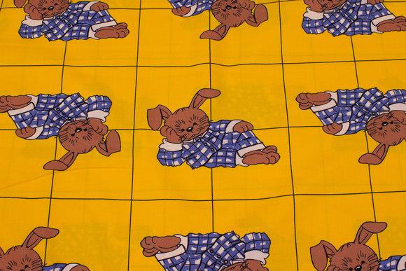 Gul bomuld med kaniner i pyjamas