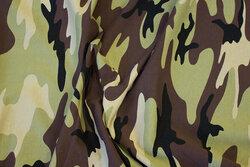 Bomuldsjersey i camouflage i lys oliven, brun og sand