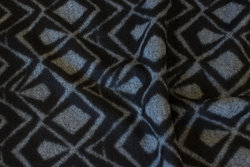 Fast, filtet strik i sort og grå domino mønster