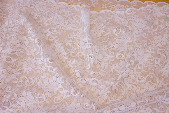 Hvid gardinblonde med tungekant i begge sider