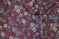 Lyngfarvet bluse-viscose med ca. 6 cm hvide og grå blomster