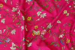 Pink og rød bomuldsjersey med blomster og blade