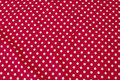 Rød bomuldsjersey med hvide 8 mm prikker.