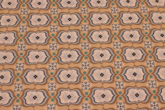 Sandfarvet patchwork bomuld med lyseblåt mønster