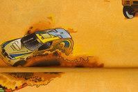 Gylden, vævet bomuld med store biler i sandet