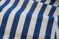 Hvid liggestolestof med blå striber, 4 cm striber
