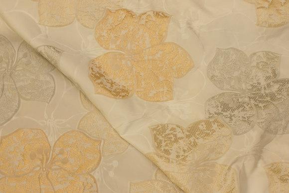 Off white brocadetaft med store blade i grå og gylden