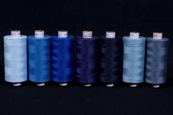 Syntetisk sytråd i standardkvalitet, blålige farver, 1000 m