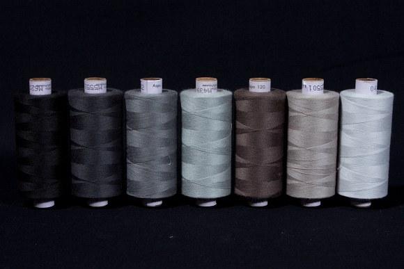 Syntetisk sytråd i standardkvalitet, grå-sorte farver, 1000 m