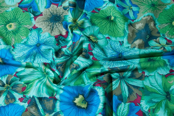 Grøn-blå patchworkstof med blomster
