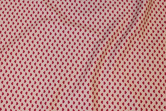 Sandfarvet patchwork-bomuld med 6 mm røde hjerter