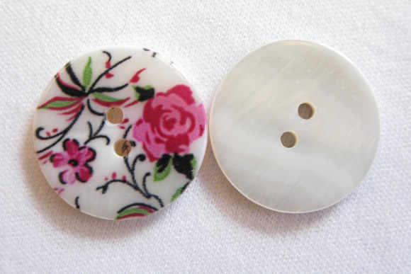 Perlemorsknap med rose-blomstermotiv