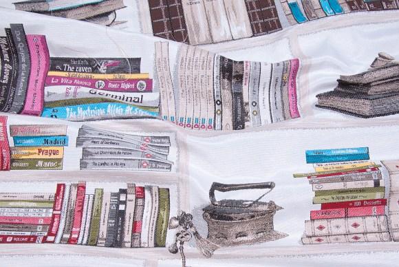 Hvid gobelin med flotte vævede bøger