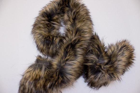 Imiteret brune naturtro pelsstykker til kraver og besætning
