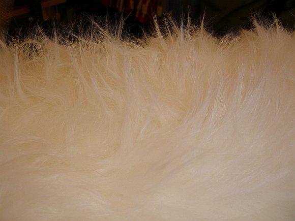 Isbjørn i imiteret, lang og blød pels