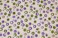 Off white patchwork-bomuld med lilla og grønt mønster.