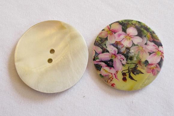 Perlemorsknap med blomstermotiv