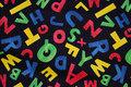Sort patchwork-bomuld med kulørte bogstaver