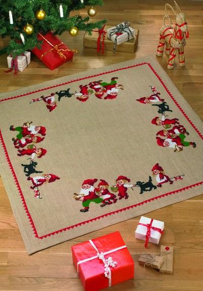 Juletræstæppe, firkantet, med nisser i flok