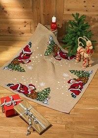 Juletræstæppe, firkantet, nisser ved træet. Permin 45-6298.