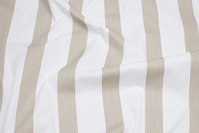 Bomuld og polyester poplin i hvid og sand stribet på langs