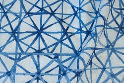 Dekostof med grafisk mønster i blå nuancer