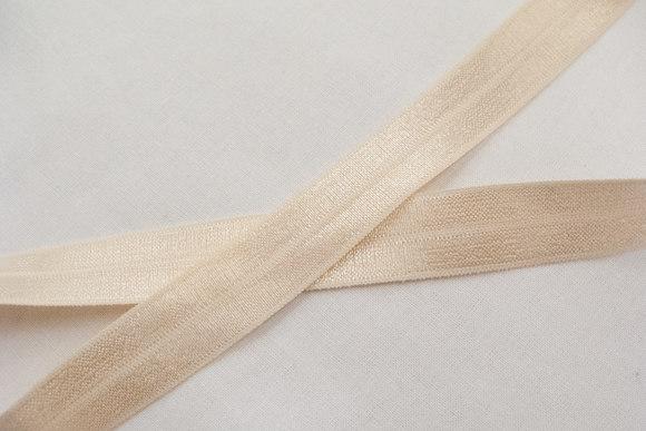 Elastikkantebånd i lys pudder 2 cm. br.