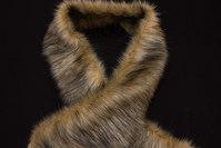 Imiteret pelsstykke i lys ulvefarve