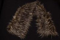 Imiteret pelsstykke i mørk ulvefarve