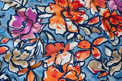 Lyseblå viscosejersey med store blomster