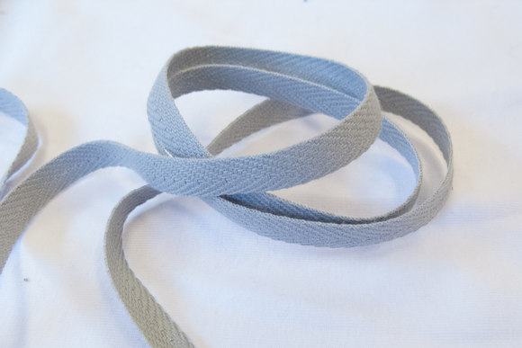 Sildebensvævet bomuldsbånd lys grå 1cm