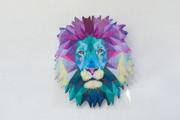 Løvehoved lilla og turkis farver holografisk 7x6 cm