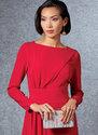 Foered, tilpasset kjole med drapering foran til højre, samlet uden taljebånd, usynlig lynlås bagpå, ærmevariationer.