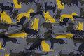 Grå bomuldsjersey med gule, army-farvede og sorte katte og hunde.