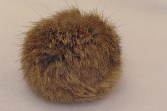 Pompon, beige kaninpels  Ø ca.8cm.