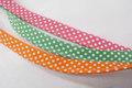 Tittebånd med prikker - pink, orange el grøn.