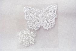 Hvid sommerfugl og blomst, filigran strygemærker