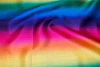 Polyestersatin i klare regnbuefarver