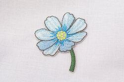 Strygemærke blomst lyseblå 4 x 3 cm