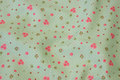 Lys æblegrøn bomuld med små pink roser