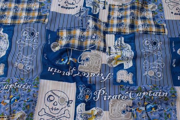 Blå patchwork-bomuld med pirat-motiver