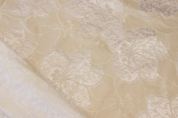 Fin, hvid taft med blankt mønster