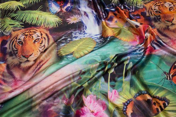 Flot stretch-satin med tigere og blomster