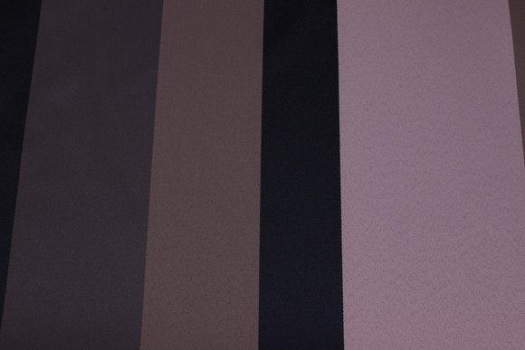 Mellemsvær polyester i gammelrosa, sort og jordfv. med brede striber på langs