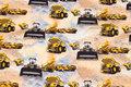 Sandfarvet bomuldsjersey med gule arbejdskøretøjer.